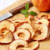 Сушеные яблоки на разделочной доске
