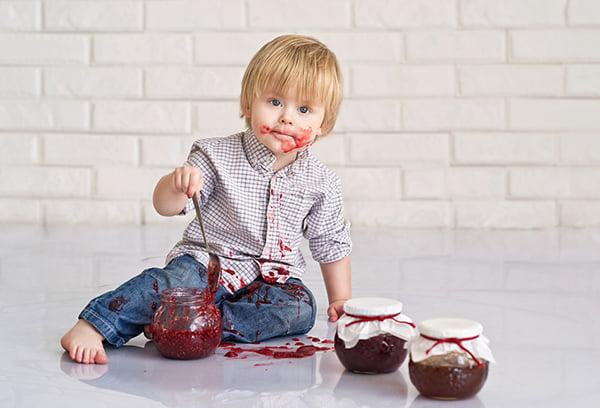 Ребенок ест варенье из калины