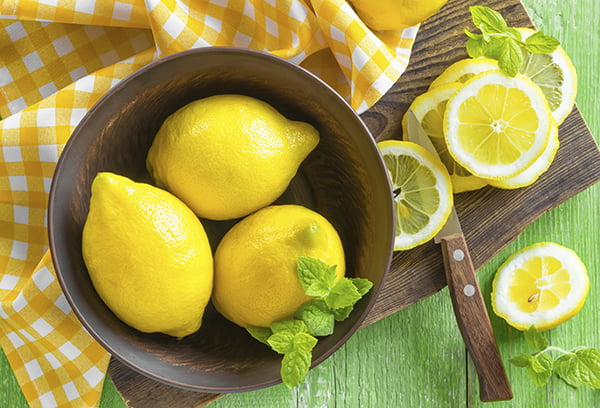 Свежие лимоны
