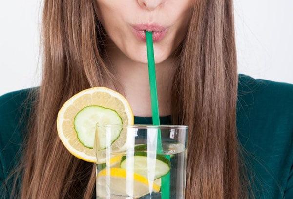 Девушка пьет воду Сасси