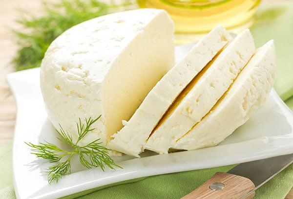 Нарезанный адыгейский сыр