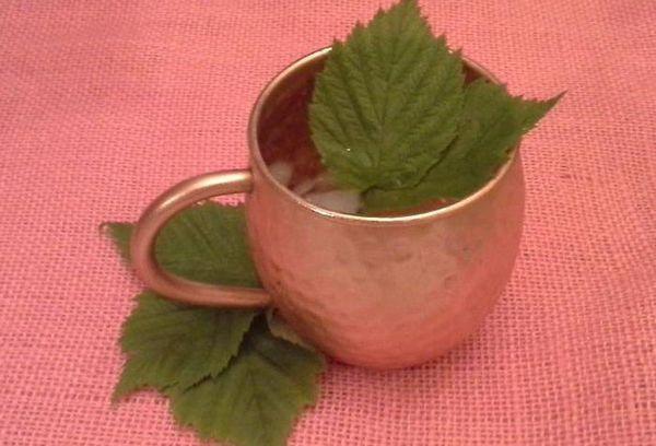 листья и чашка с чаем