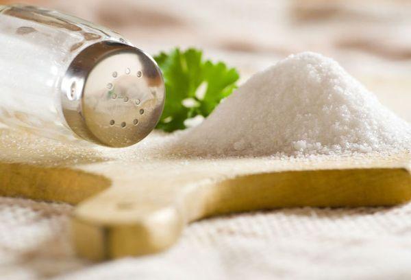 соль на разделочной доске