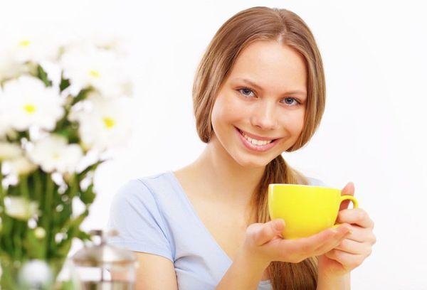 девушка с желтой чашкой в руке