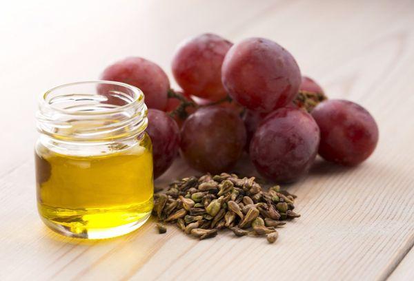 косточки виноград и масло в бутылке