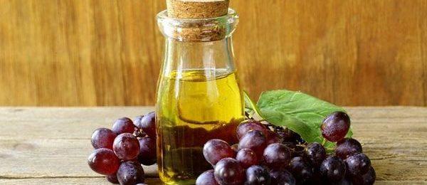 красный виноград и бутылочка с маслом