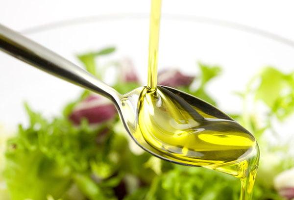 Заправка салата растительным маслом