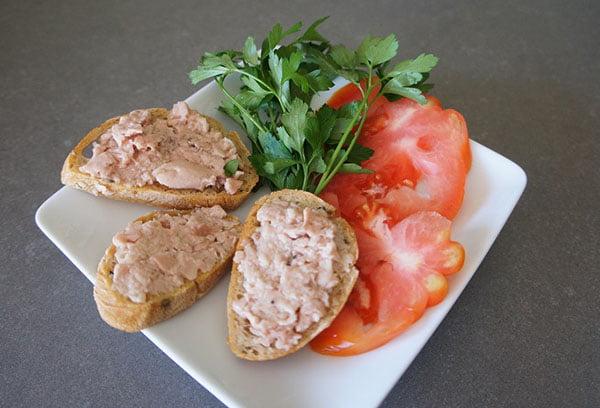 Бутерброды с печенью трески, томатом и зеленью
