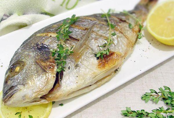 запеченная рыба на тарелке