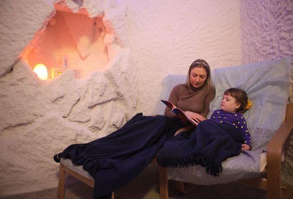 женщина с ребенком в соляной комнате