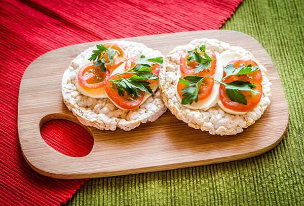 Хлебцы с сыром и томатом