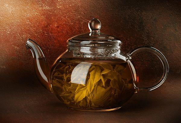 стеклянный чайник с чаем кудин