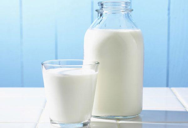 бутылка и стакан с молоком