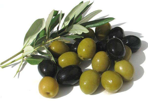 зеленые и черные маслины
