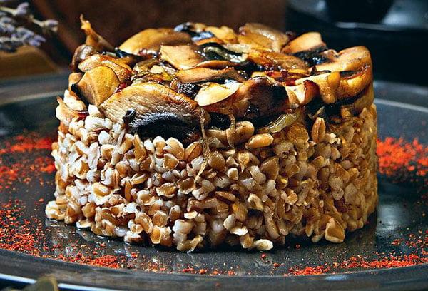 Блюдо из полбы с грибами