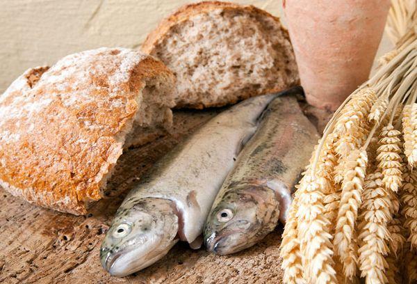 хлеб и рыба на столе