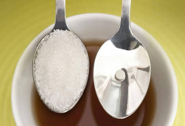 Ложка сахара и таблетка сахарозаменителя