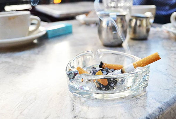 Пепельница с окурками