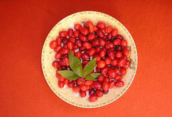 Блюдце с ягодами барбариса