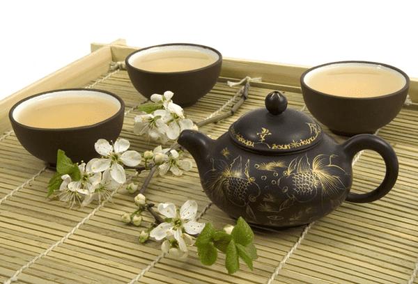 белый чай в чером китайском сервизе