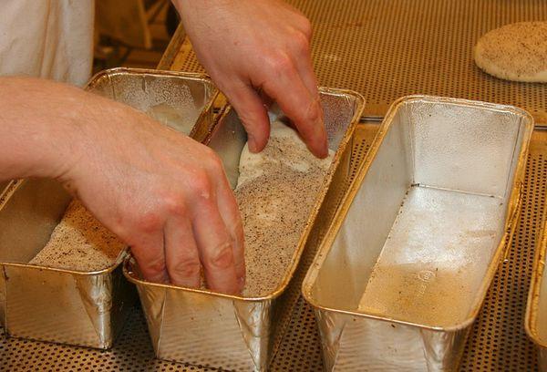 выпекание хлеба в металлических формах