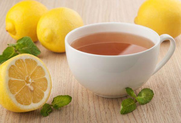 лимоны и чашка чая на столе