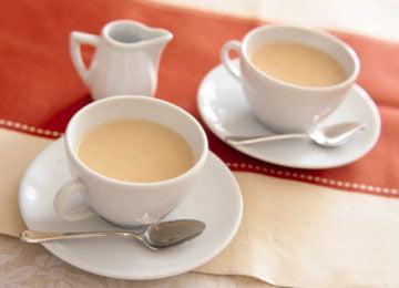 Чашки чая с молоком