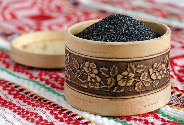черная соль в деревянной посуде