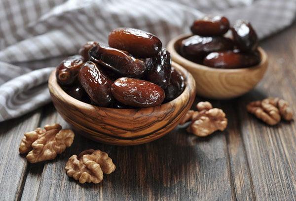 Финики и грецкие орехи