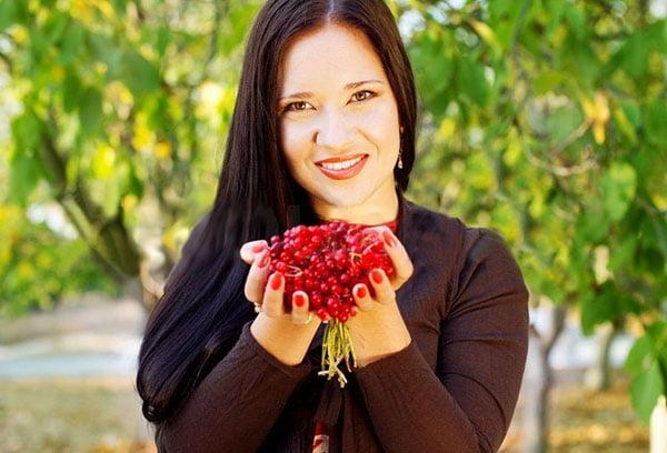 Женщина с ягодами калины