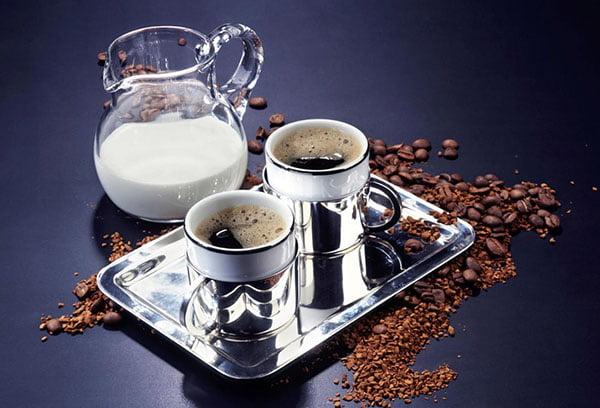 Черный кофе и молоко