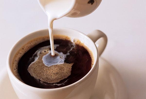 Добавление молока в кофе