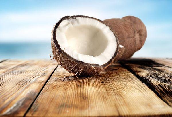 разрезанный пополам кокос