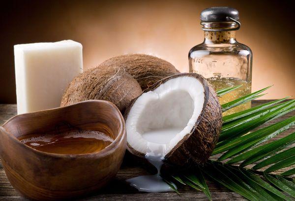 кокосы и масло в бутылке