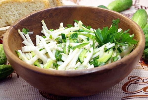 Диетический салат с кольраби