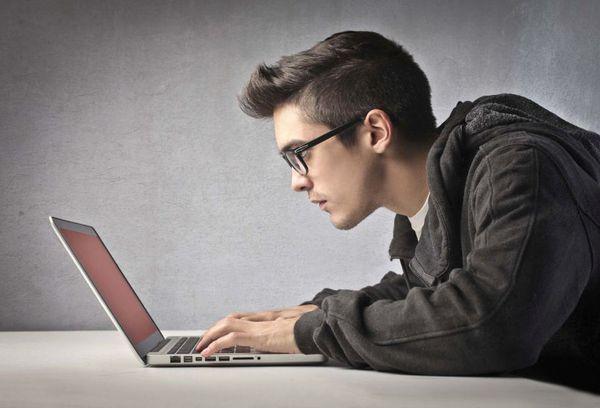 парень в очках за компьютером