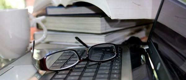 компютнрные очки на клавиатуре