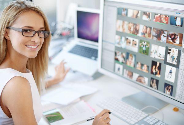девушка в очках за компьютером