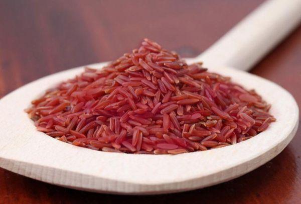длиннозерновый красный рис на деревянной ложке