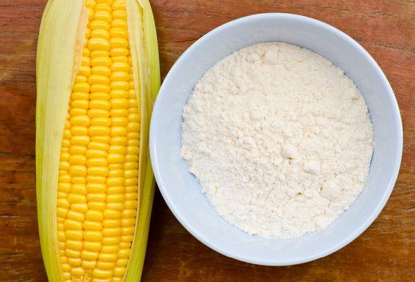 кукуруза и крахмал в миске