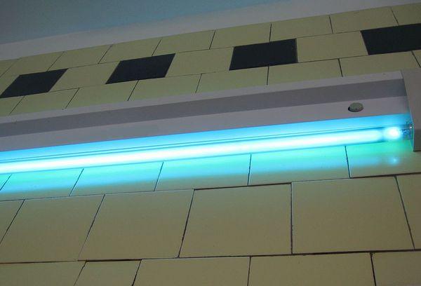 Кварцевая лампа на стене
