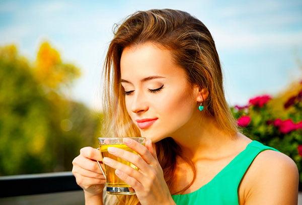 Девушка пьет липовый чай