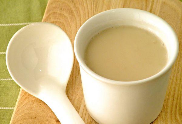 белая чашка с топленным молоком