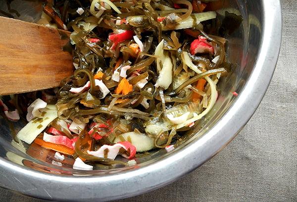 Приготовление салата с морской капустой