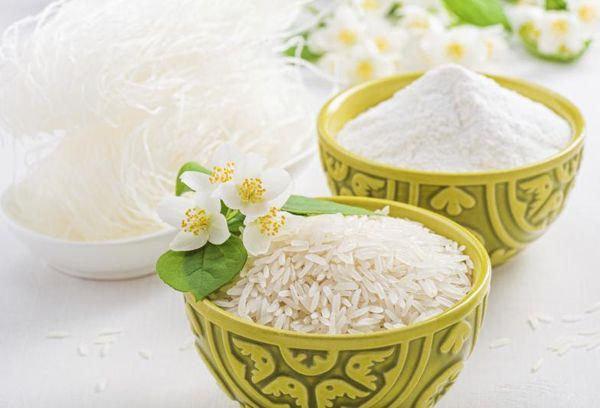 мука и рис в мисках салатового цвета