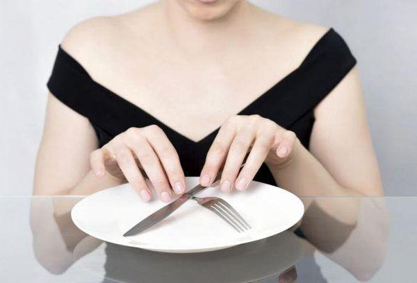 девушка перед пустой тарелкой