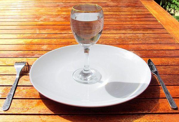 бокал с водой на тарелке