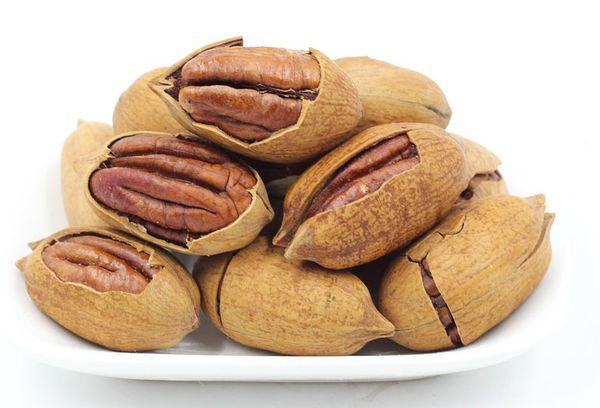 орехи пекан на тарелке