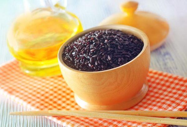 черный рис в деревянной чашке