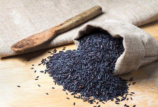 рассыпанный рис в маленьком мешке